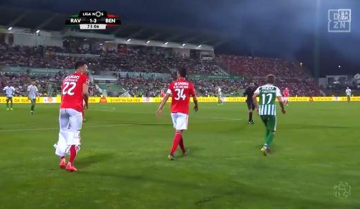 Coentrão zieht Gegenspieler die Hose aus
