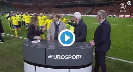Schweden-Spieler feiern Aufstieg mit Kommentatoren