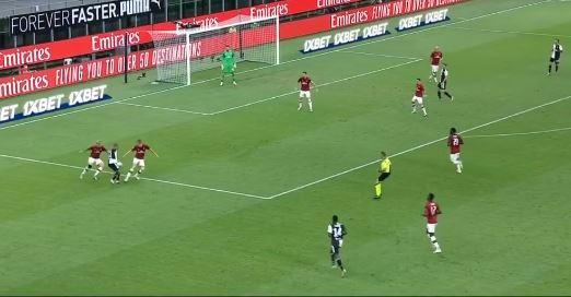 Douglas Costa trickst gegen den AC Milan