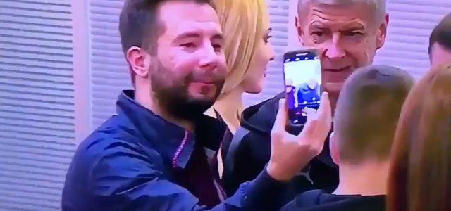 Selfie mit Arsène Wenger geht schief