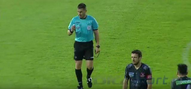 Schiedsrichter sprüht Spieler Spray ins Gesicht