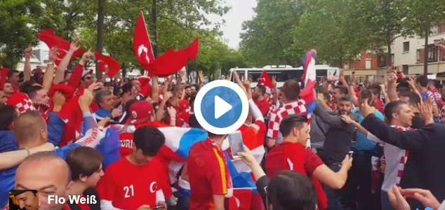 Kroatische und türkische Fans feiern zusammen