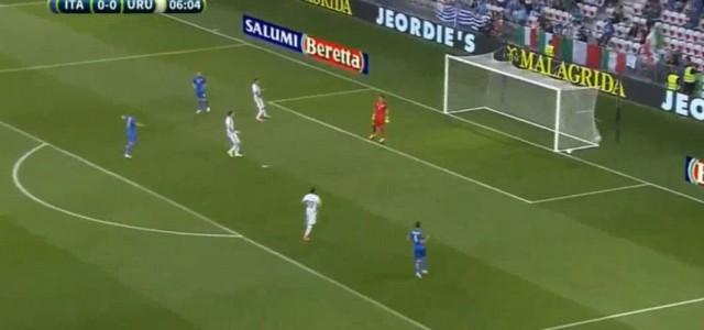 Kurioses Eigentor beim Länderspiel zwischen Uruguay und Italien