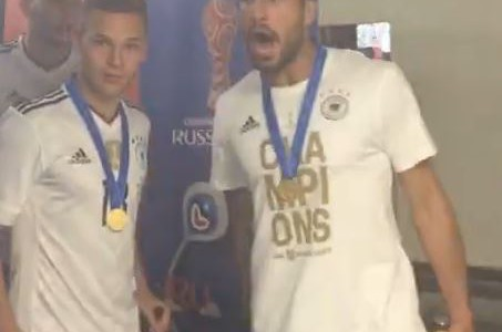 DFB-Team stürmt Pressekonferenz