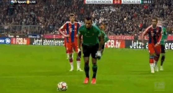 Eric Maxim Choupo-Moting schießt ganz schwachen Elfer gegen Manuel Neuer