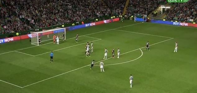 Dedryck Boyata erzielt das Siegtor für Celtic gegen Qarabag und jubelt den Balljungen um
