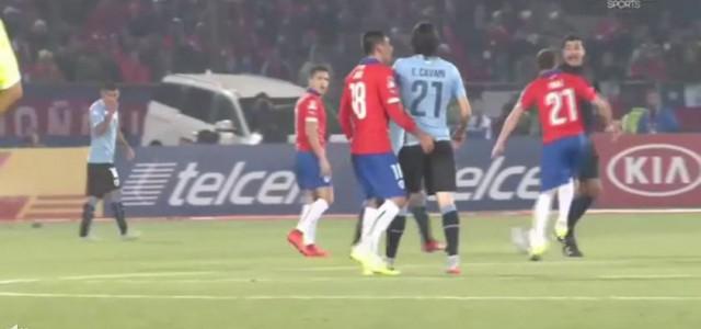 Gonzalo Jara provoziert, Cavani bleibt relativ cool – und sieht Gelb-Rot