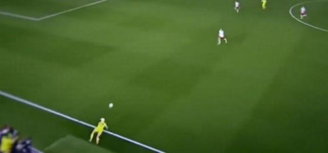 Denis Cheryshev hält den Ball spektakulär im Spiel