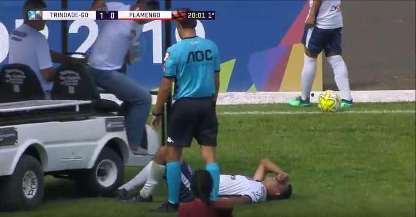 Teamärzte fahren verletztem Spieler über den Fuß