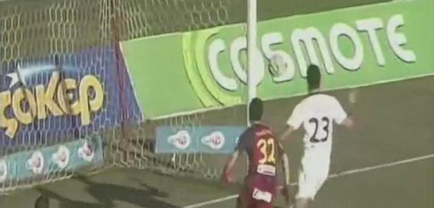 Griechischer Kicker verhindert sein eigenes Tor mit der Hand