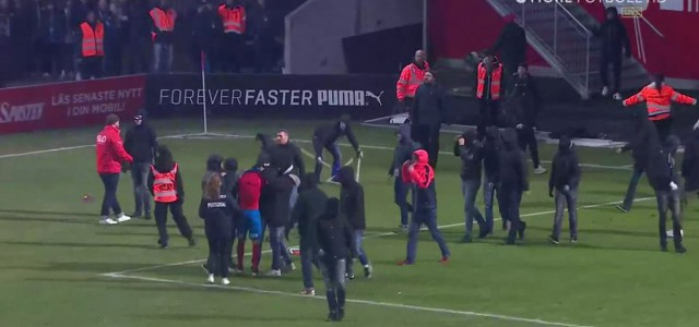Helsingborg muss runter: Fans ziehen Spieler Trikot aus