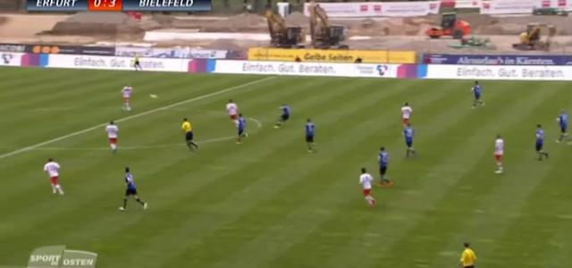 Christian Hemlein (Arminia Bielefeld) trifft aus 65 Metern