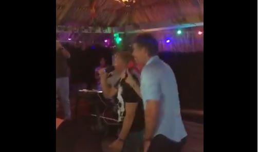 Kuyt und Van Der Sar singen Karaoke auf Aruba