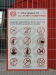 Bitte keine Waffen. Und auch Vermummungsverbot darf man in Mainz nicht ins Stadion mitnehmen (by philmensch)