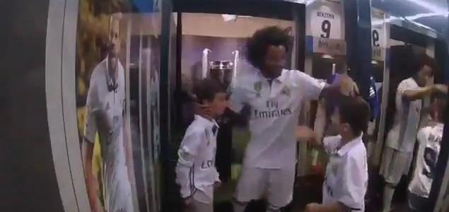 Marcelo überrascht Kinder im Real Madrid Store
