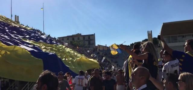 Parma zurück in der Serie B: Fans zeigen riesige Überrollfahne