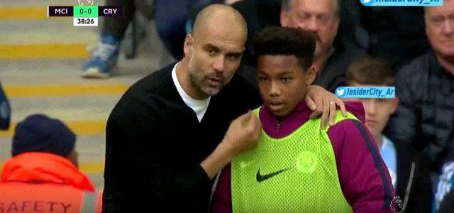 Pep Guardiola erklärt einem Balljungen die Welt