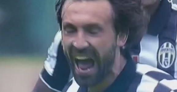 Andrea Pirlo versenkt einen Freistoß im Turiner Derby