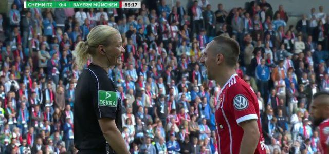 Ribery spielt sich mit Schuhbändern der Schiedsrichterin – und trifft per Freistoß