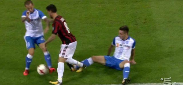 Suso (AC Milan) hat seinen Spaß mit den Craiova-Spielern
