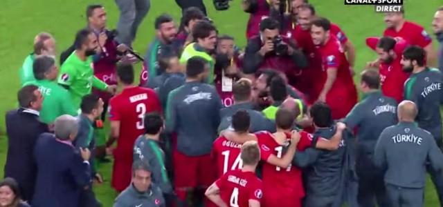 Türkische Spieler bejubeln direkte EM-Qualifikation