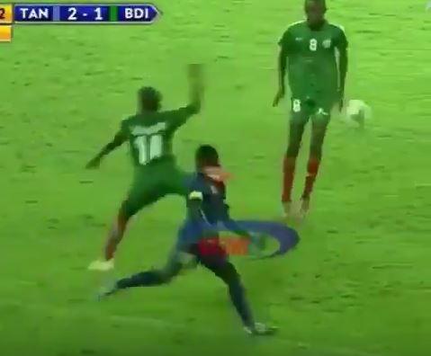 Tansania vs Burundi: Kung Fu Foul und Nachtreten in einer Aktion
