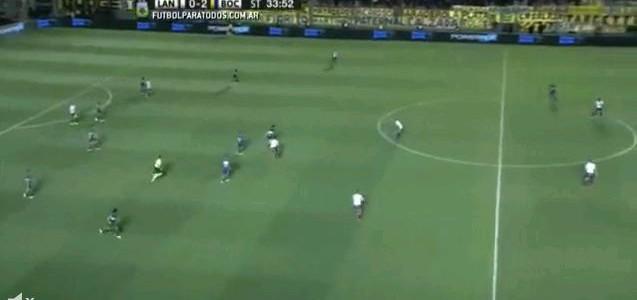 Rote Karte nach üblem Foul an Carlos Tévez (Boca Juniors)