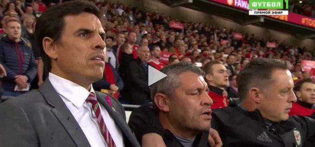 Spieler und Fans singen die walisische Hymne a cappella