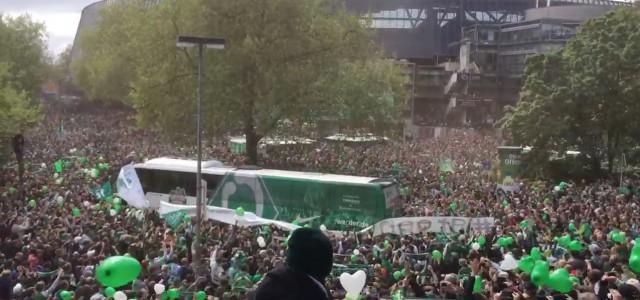 Werder-Fans empfangen den Teambus vor dem (letztlich erfolgreichen) Frankfurt-Spiel