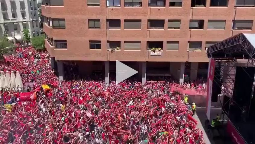 "Tausende Liverpool-Fans singen ""You'll never walk alone"" in Madrid"